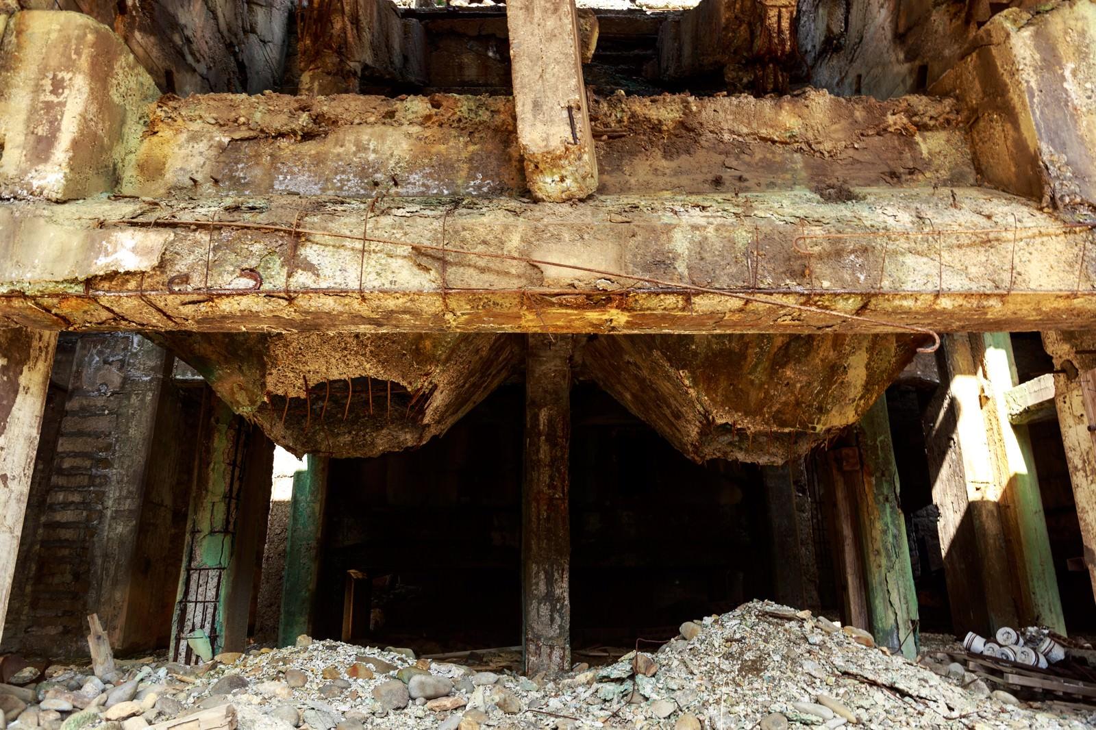 「鉄骨と骨組みがむき出しの廃墟」の写真