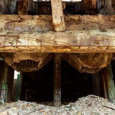 鉄骨と骨組みがむき出しの廃墟の写真