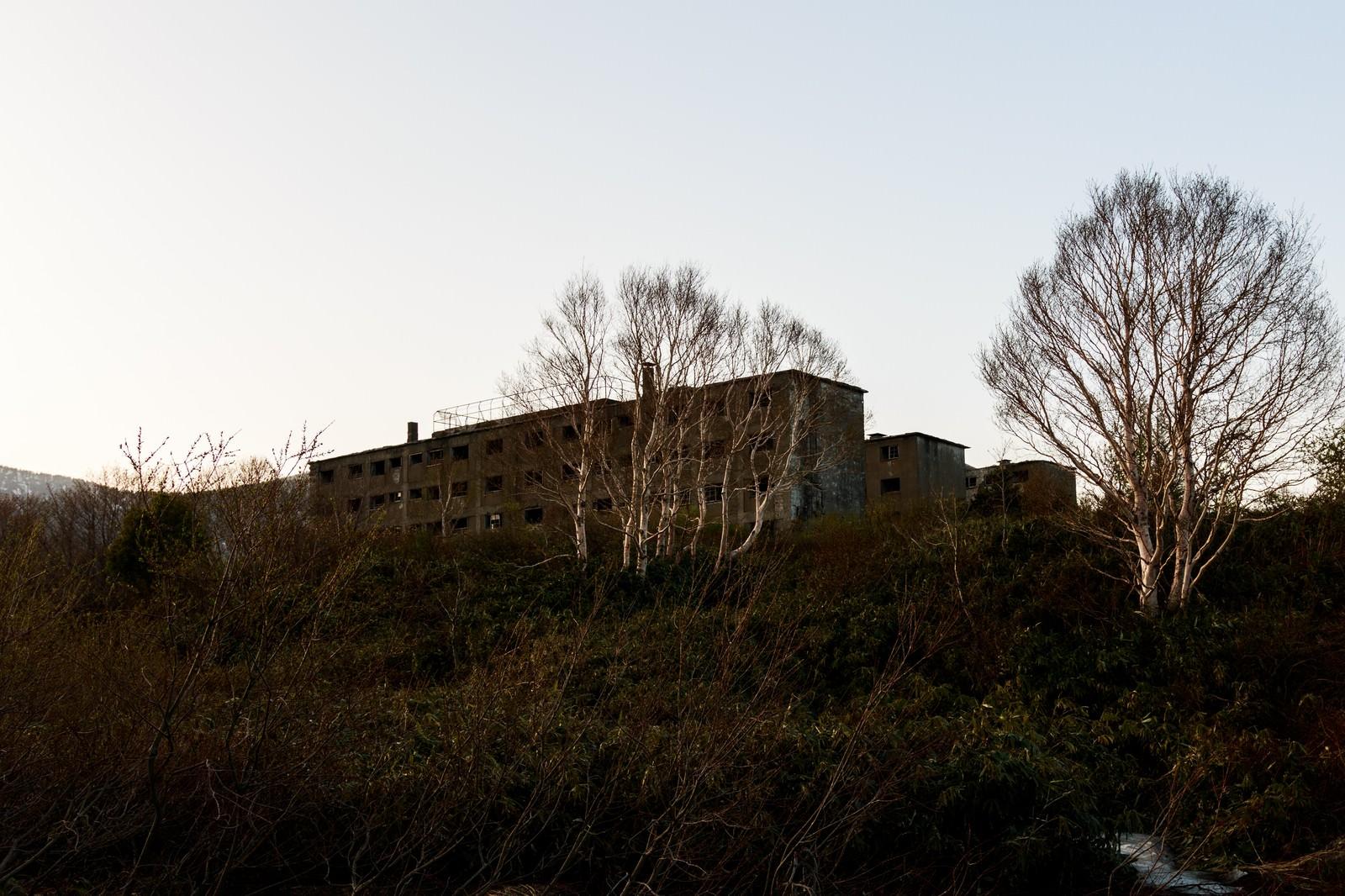 「夕暮れ時の松尾鉱山廃墟」の写真