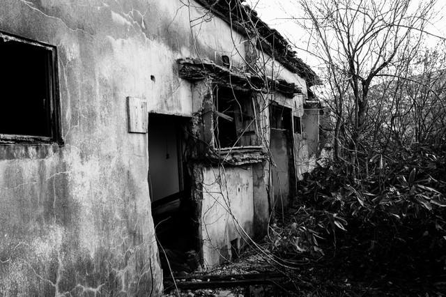 「松尾鉱山廃墟の朽ちた入り口」のフリー写真素材