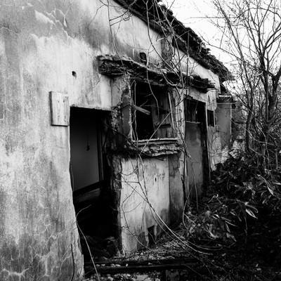 「松尾鉱山廃墟の朽ちた入り口」の写真素材