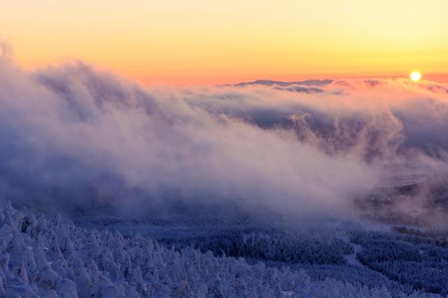 山頂の樹氷と夕暮れの写真