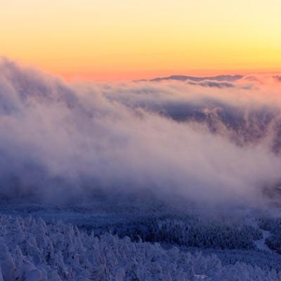 「山頂の樹氷と夕暮れ」の写真素材