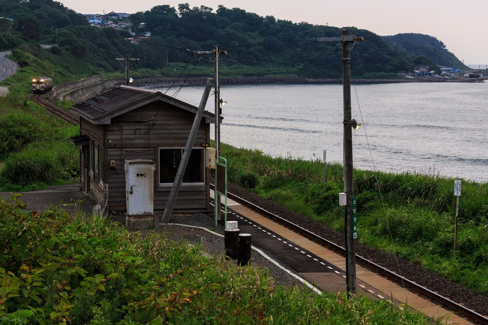 「海沿いのローカル駅」の写真