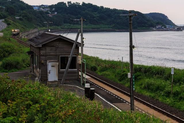 海沿いのローカル駅の写真