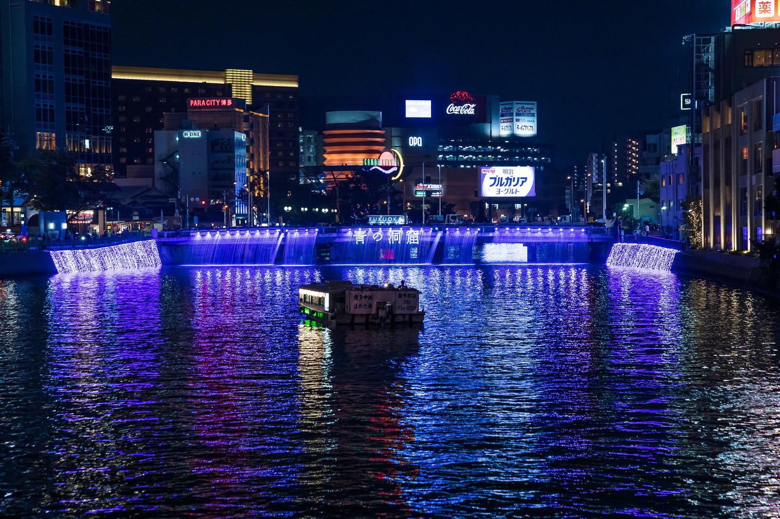 「ライトアップされた博多の中洲」の写真