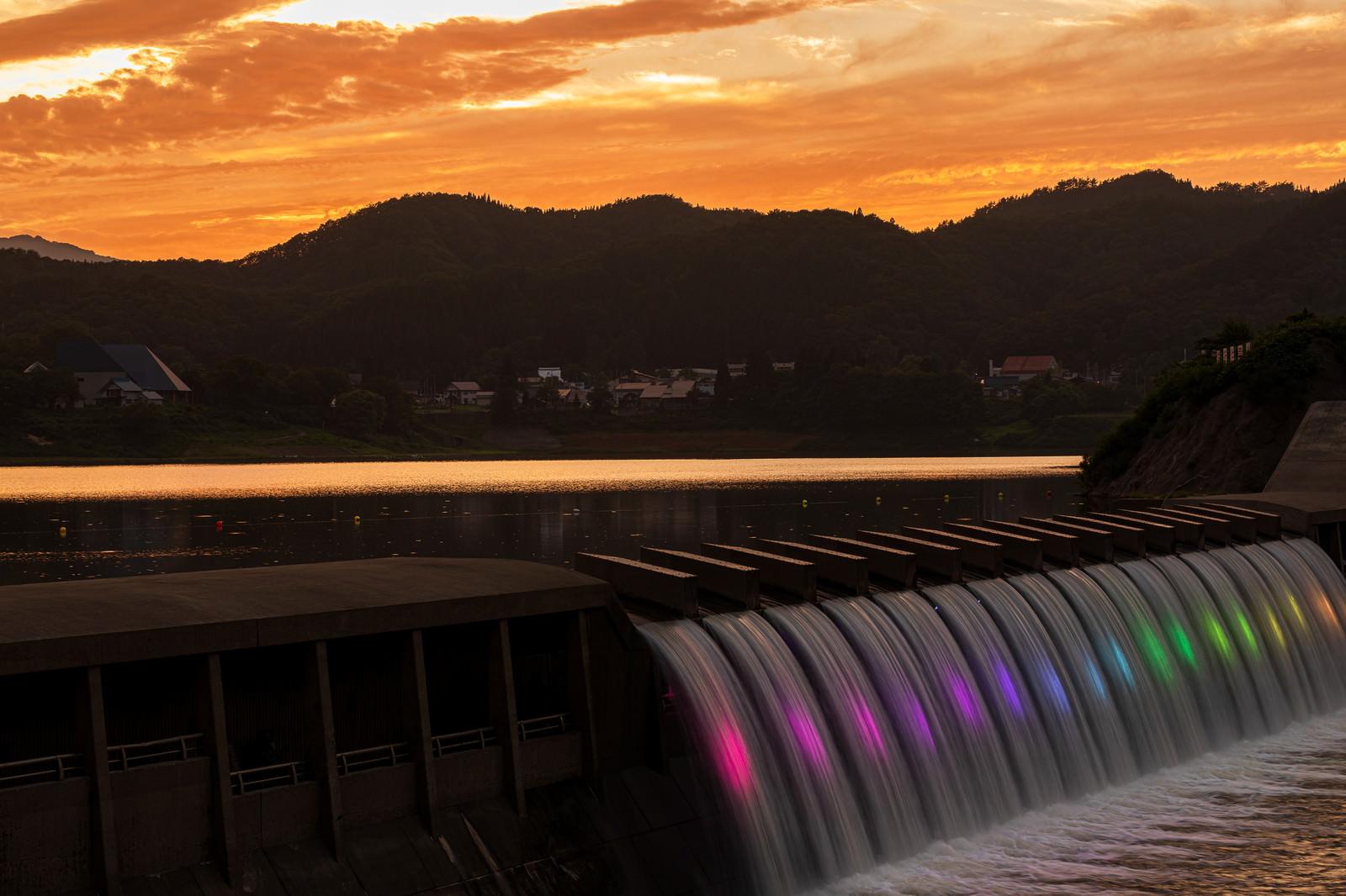 「夕暮れの錦秋湖大滝」の写真