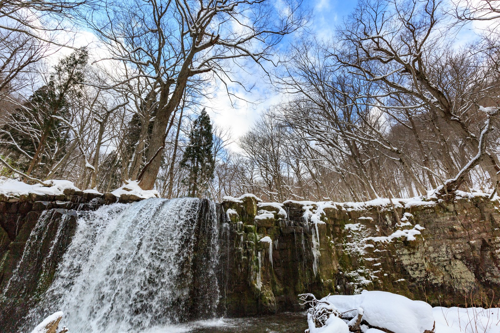 「凍りはじめの銚子大滝」の写真