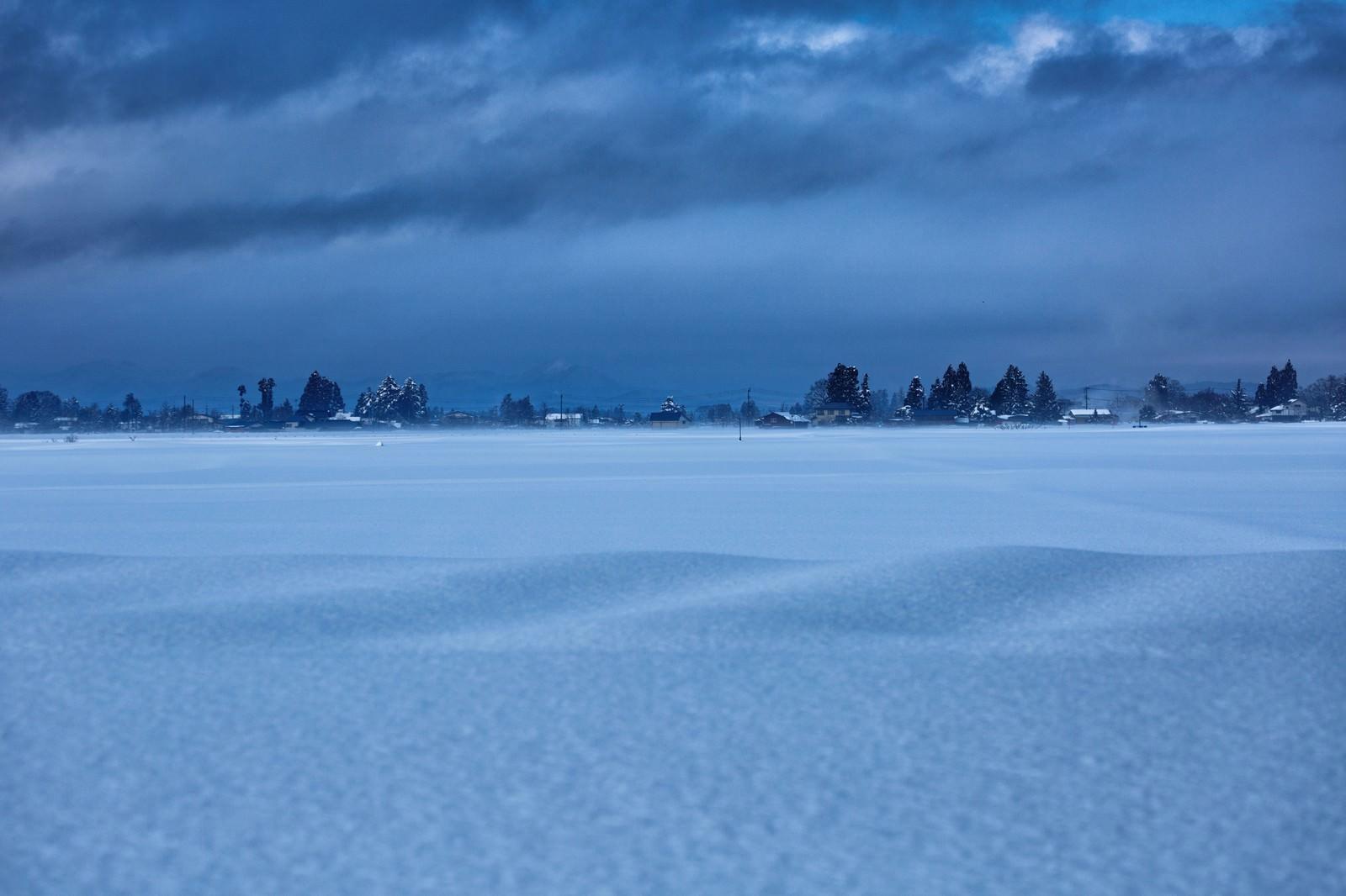 「田畑を覆う田舎の積雪」の写真