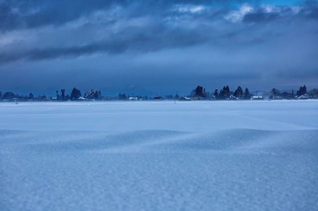 田畑を覆う田舎の積雪の写真