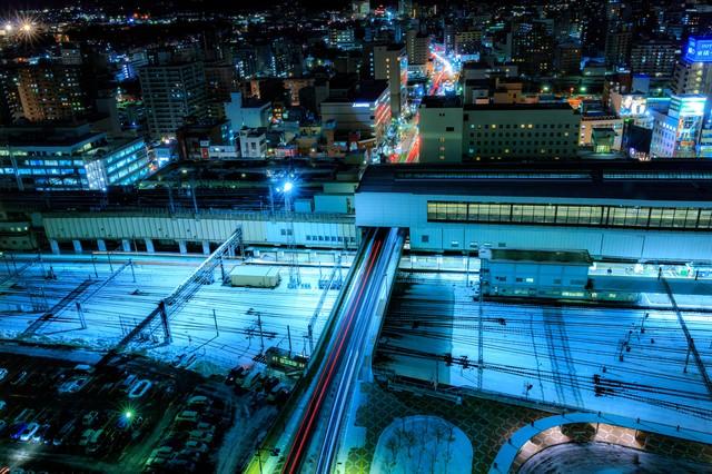 雪が積もる盛岡駅夜景の写真