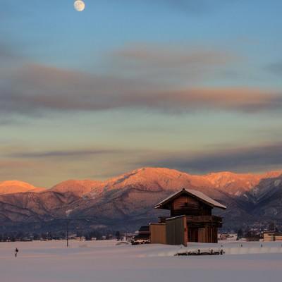 雪に包まれた奥羽山脈と月の写真