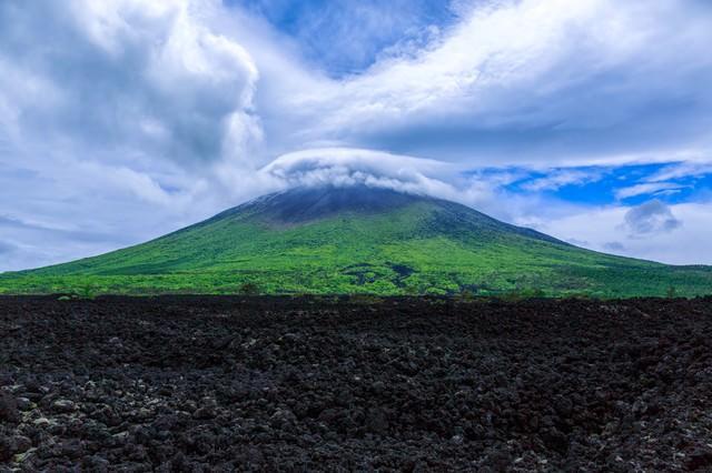 山頂にかかる笠雲(かさぐも)の写真