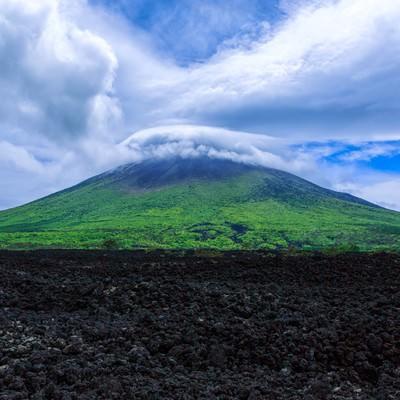「山頂にかかる笠雲(かさぐも)」の写真素材
