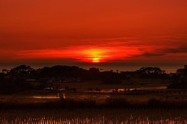 真っ赤な日の入りの写真