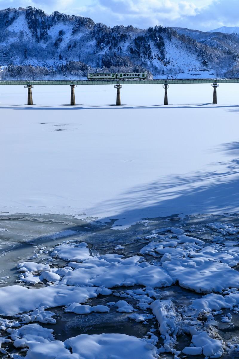 「凍った湖を渡る列車(北上線)」の写真