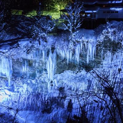 圧倒的なつららの大きなしがっこ(秋田小安峡)の写真