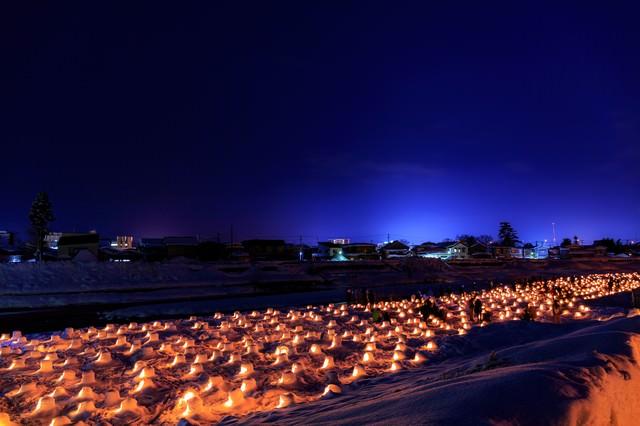 川沿いのミニかまくら(横手かまくら祭り)の写真