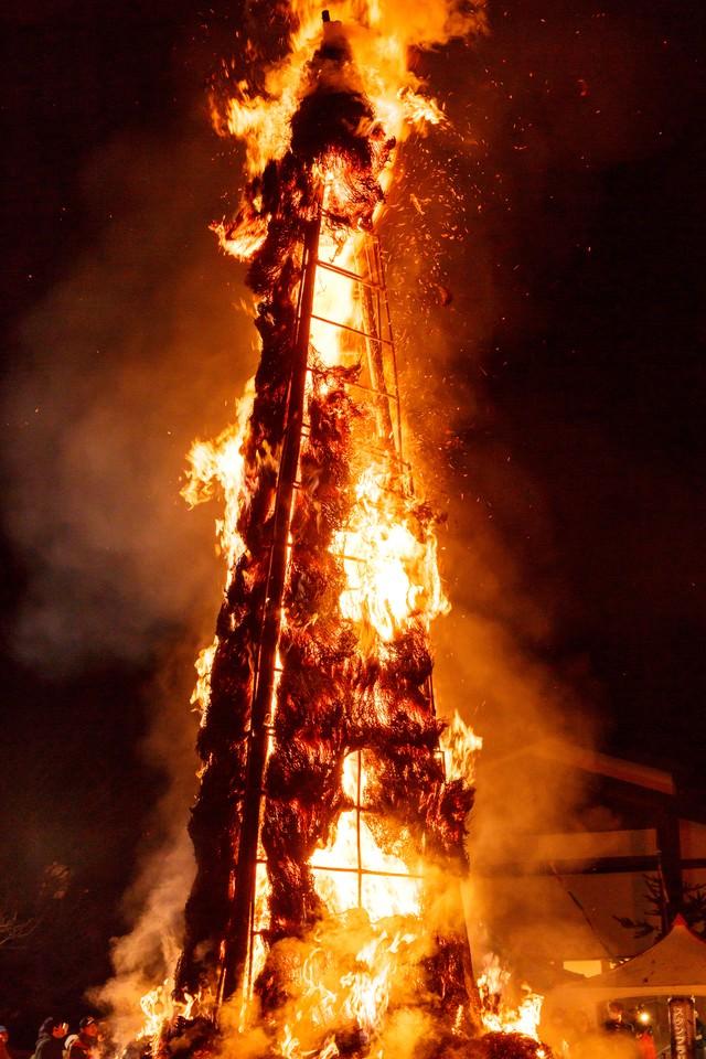 燃え上がる天筆(太田の火まつり)の写真