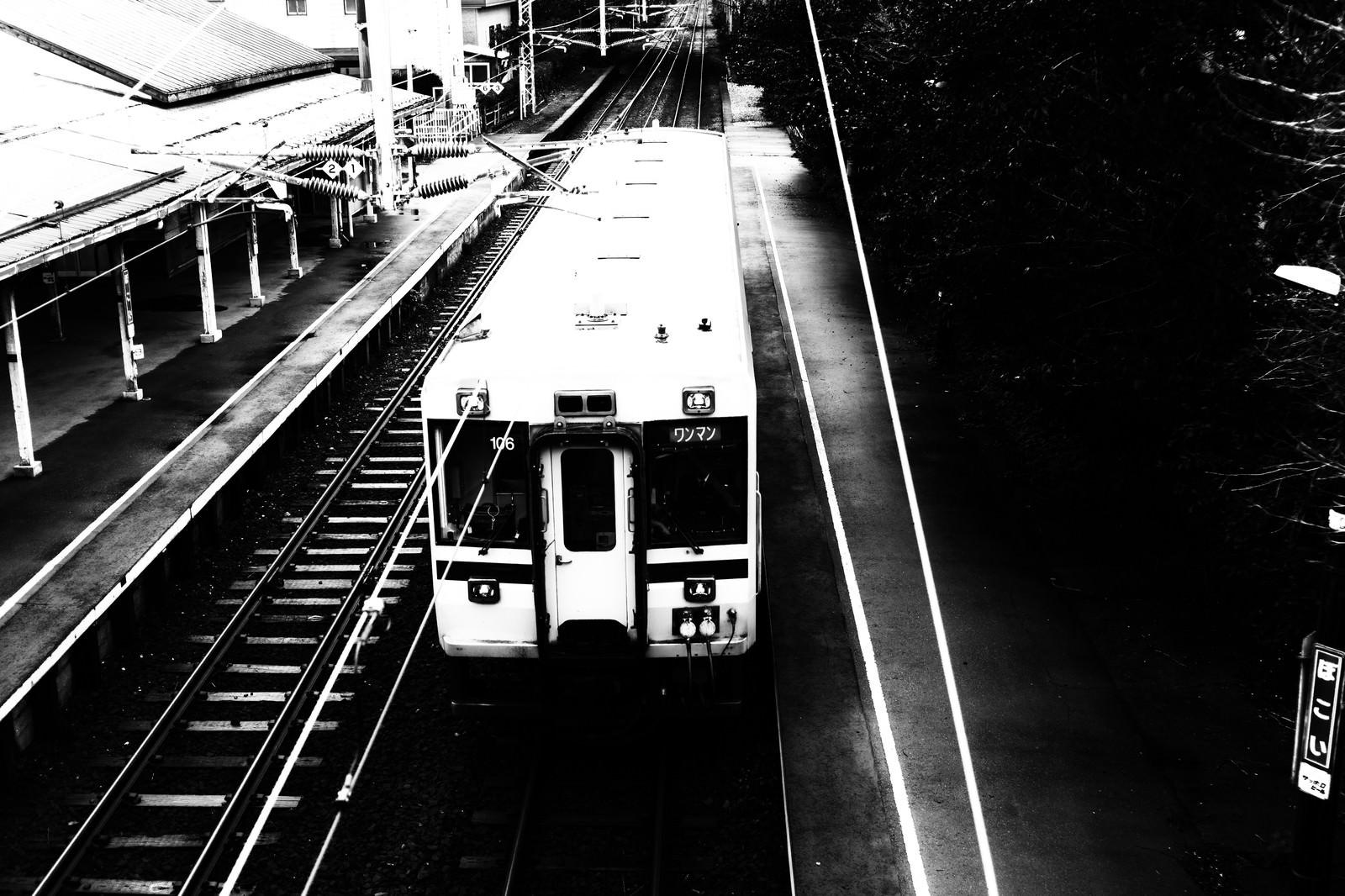 「母恋駅に停車するローカル線」の写真