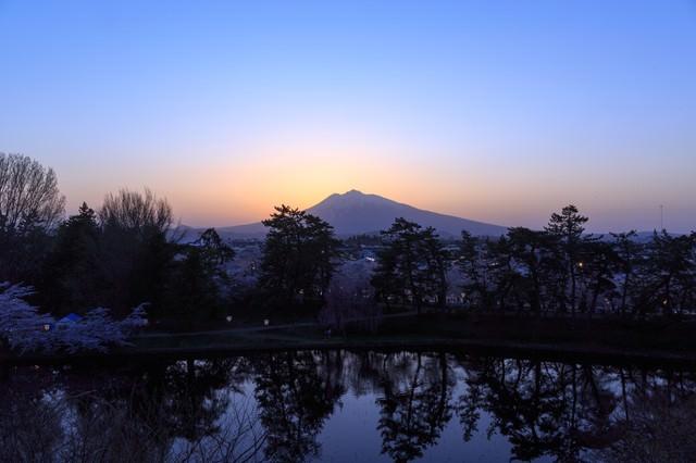 弘前公園夕暮れの岩木山の写真