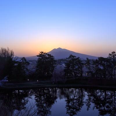 「弘前公園夕暮れの岩木山」の写真素材
