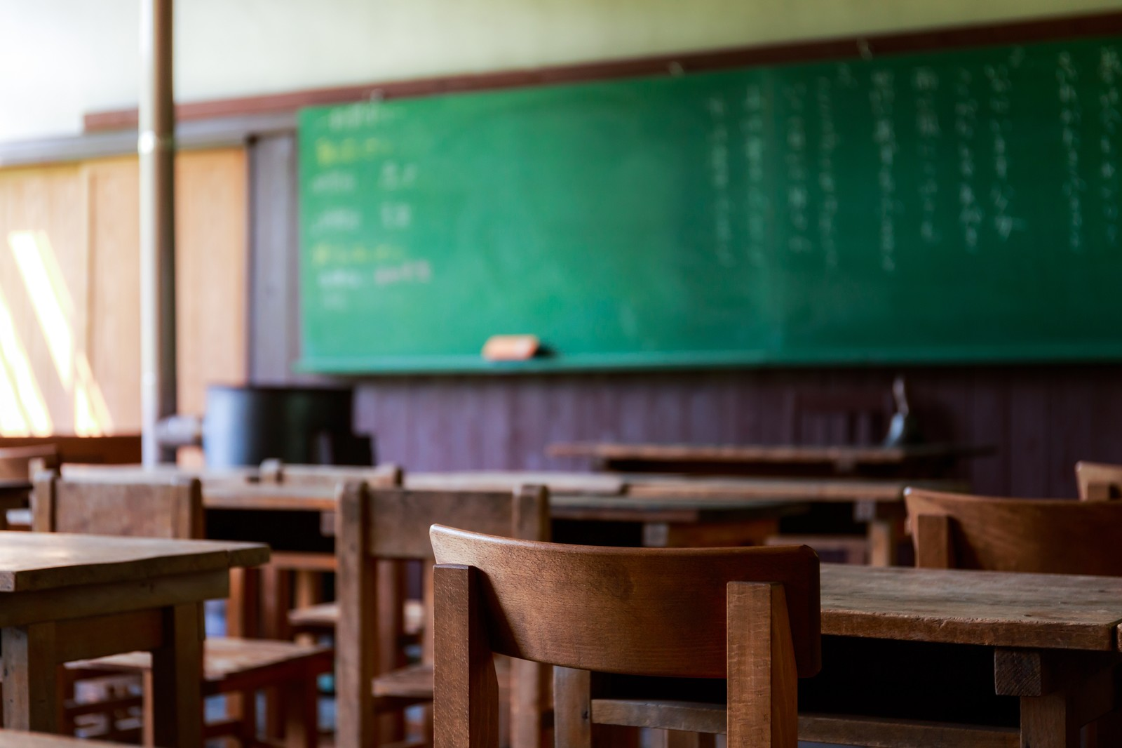 「木造の教室と黒板」