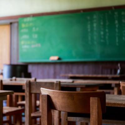 「木造の教室と黒板」の写真素材
