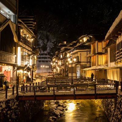 日が落ちてガス灯が灯る銀山温泉街の写真