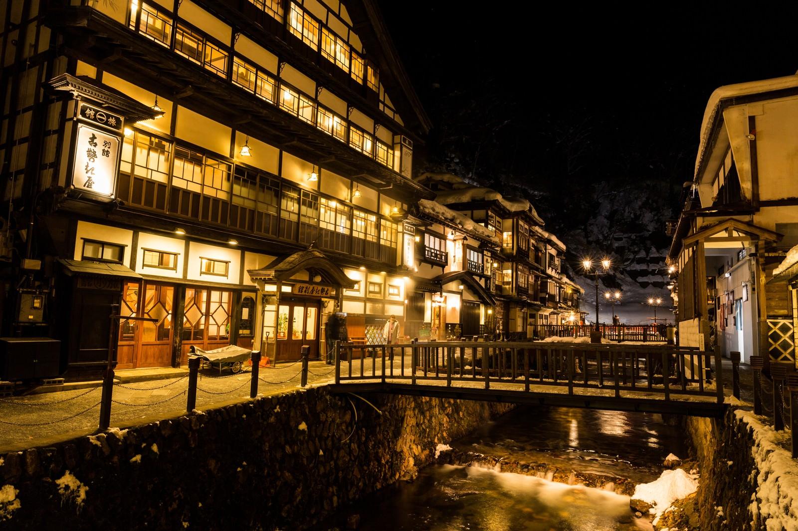 「積雪の銀山温泉街(夜間)」の写真