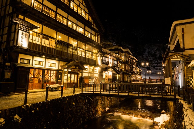 積雪の銀山温泉街(夜間)の写真