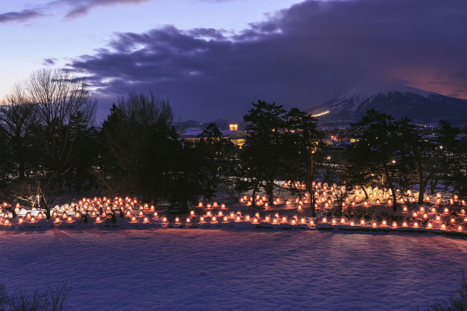 「弘前公園のミニかまくらと岩木山弘前公園のミニかまくらと岩木山」のフリー写真素材を拡大