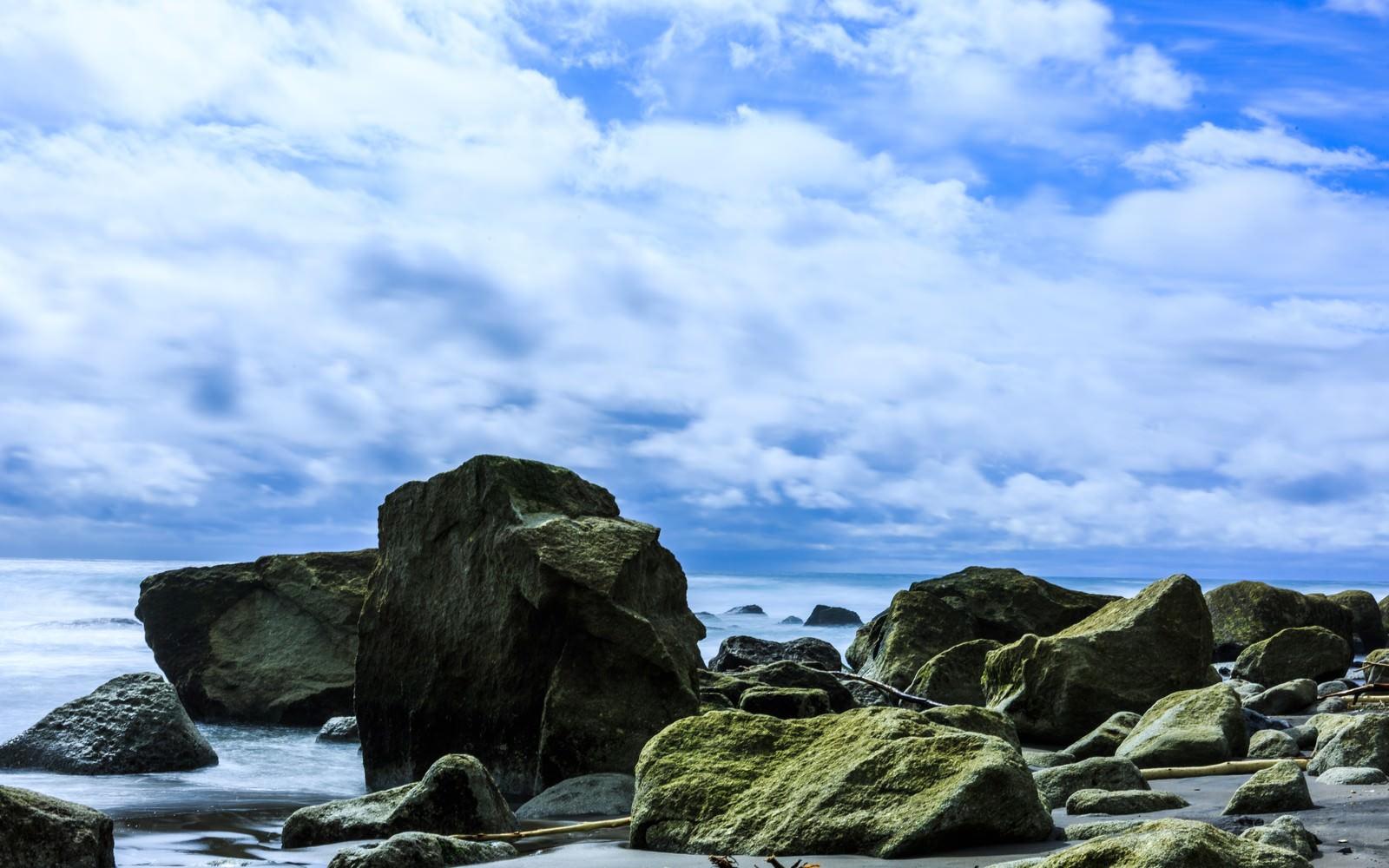 「イタンキ浜の岩」の写真