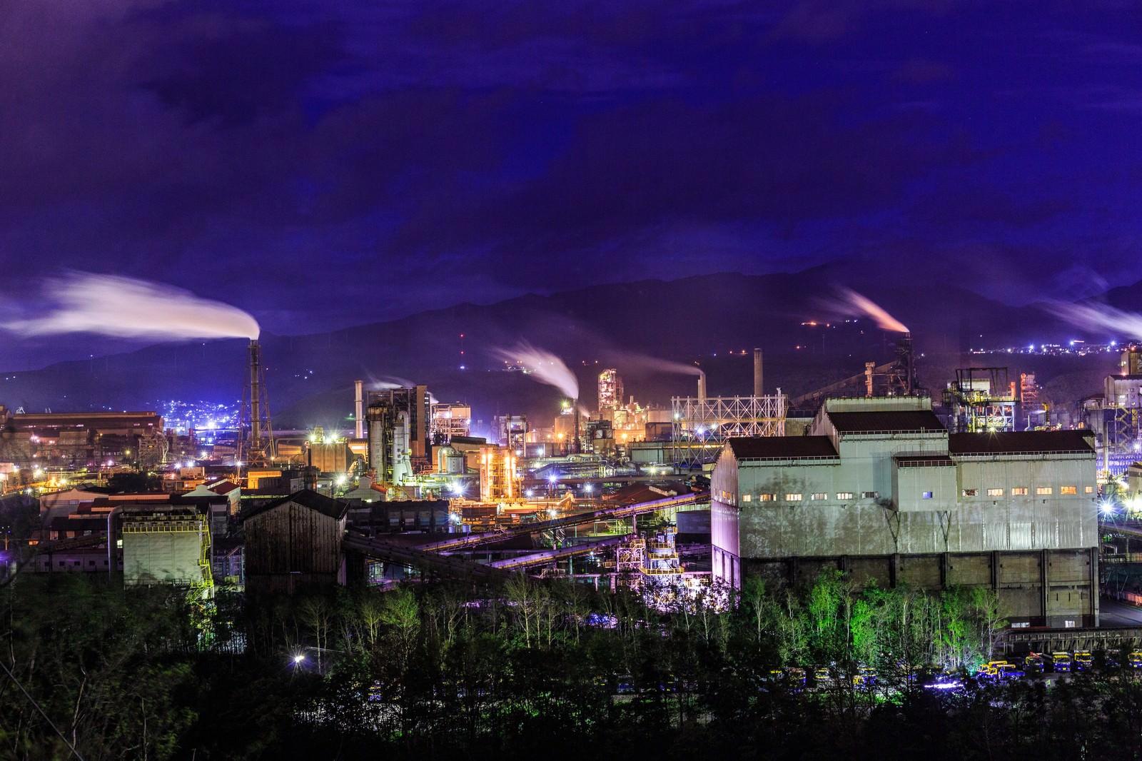 「煙たなびく工場夜景煙たなびく工場夜景」のフリー写真素材を拡大