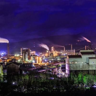 「煙たなびく工場夜景」の写真素材