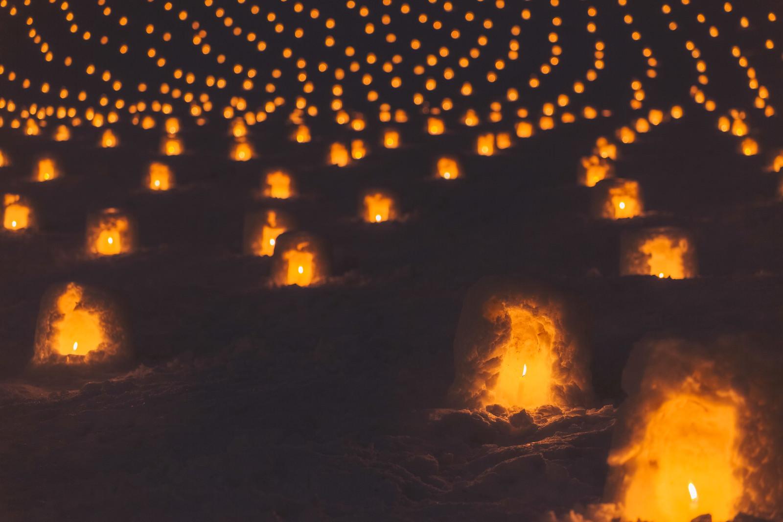 「一面に広がる灯りのついたミニかまくら」の写真