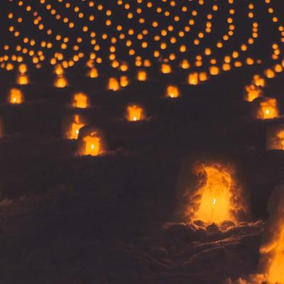 「一面に広がる灯りのついたミニかまくら」の写真素材