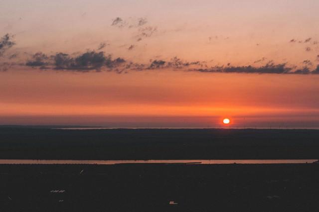沈みゆく夕陽の写真