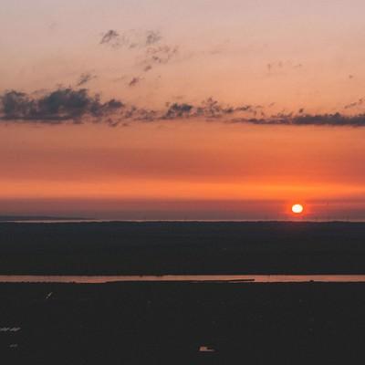 「沈みゆく夕陽」の写真素材