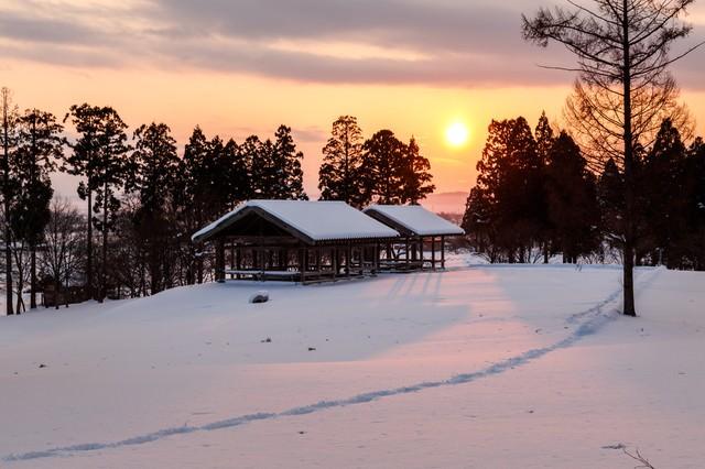 雪国の日没の写真