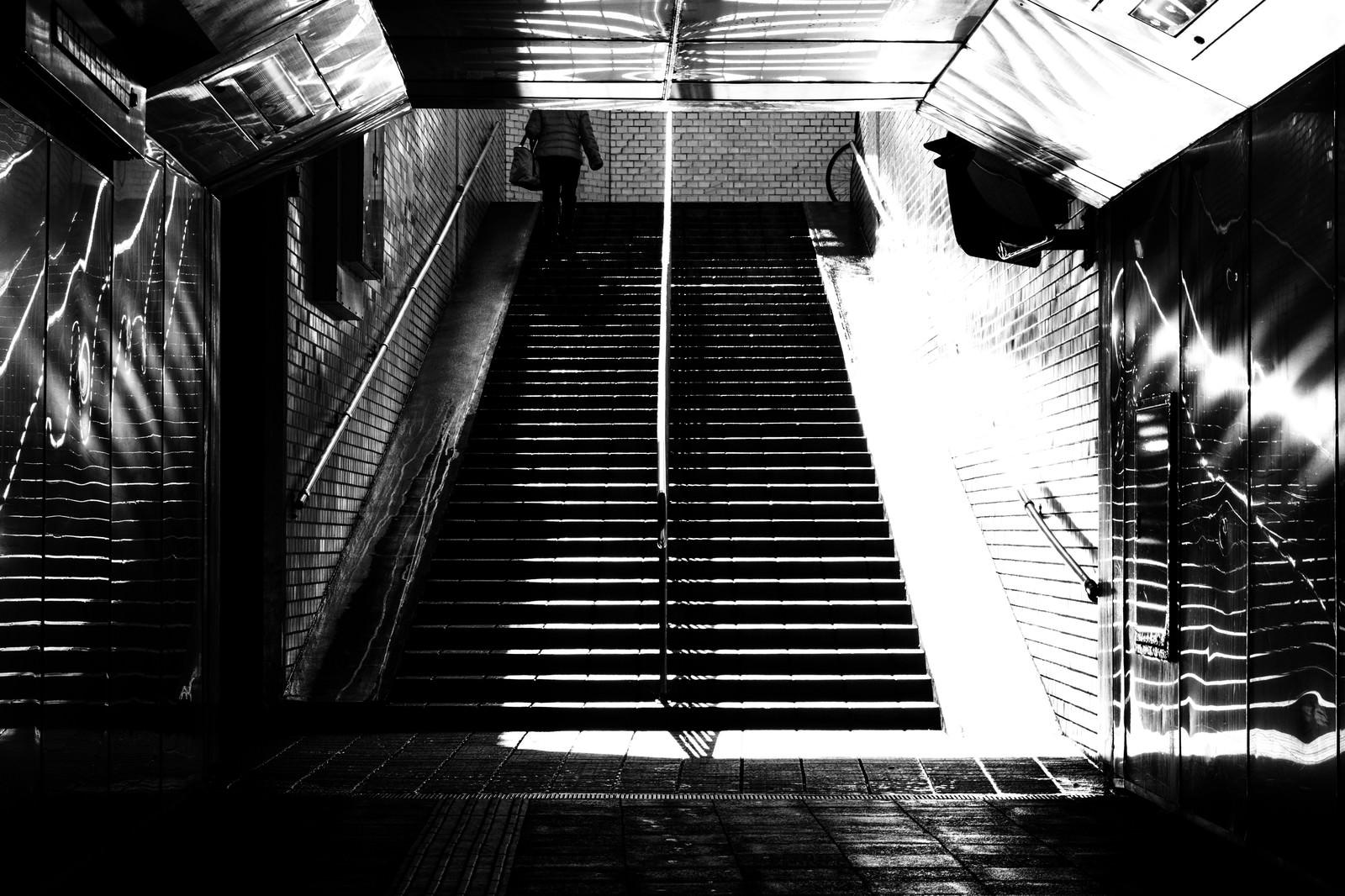 「地下通路(モノクロ)」の写真