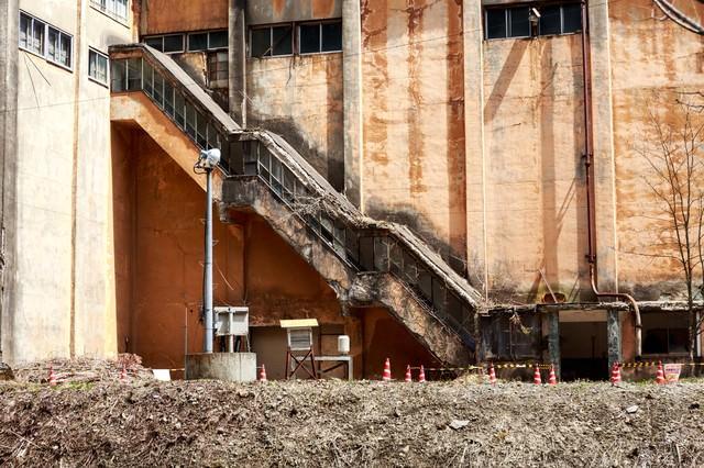 古遠部鉱山の朽ちた昇降口の写真