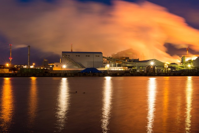 八戸の工場の夜景