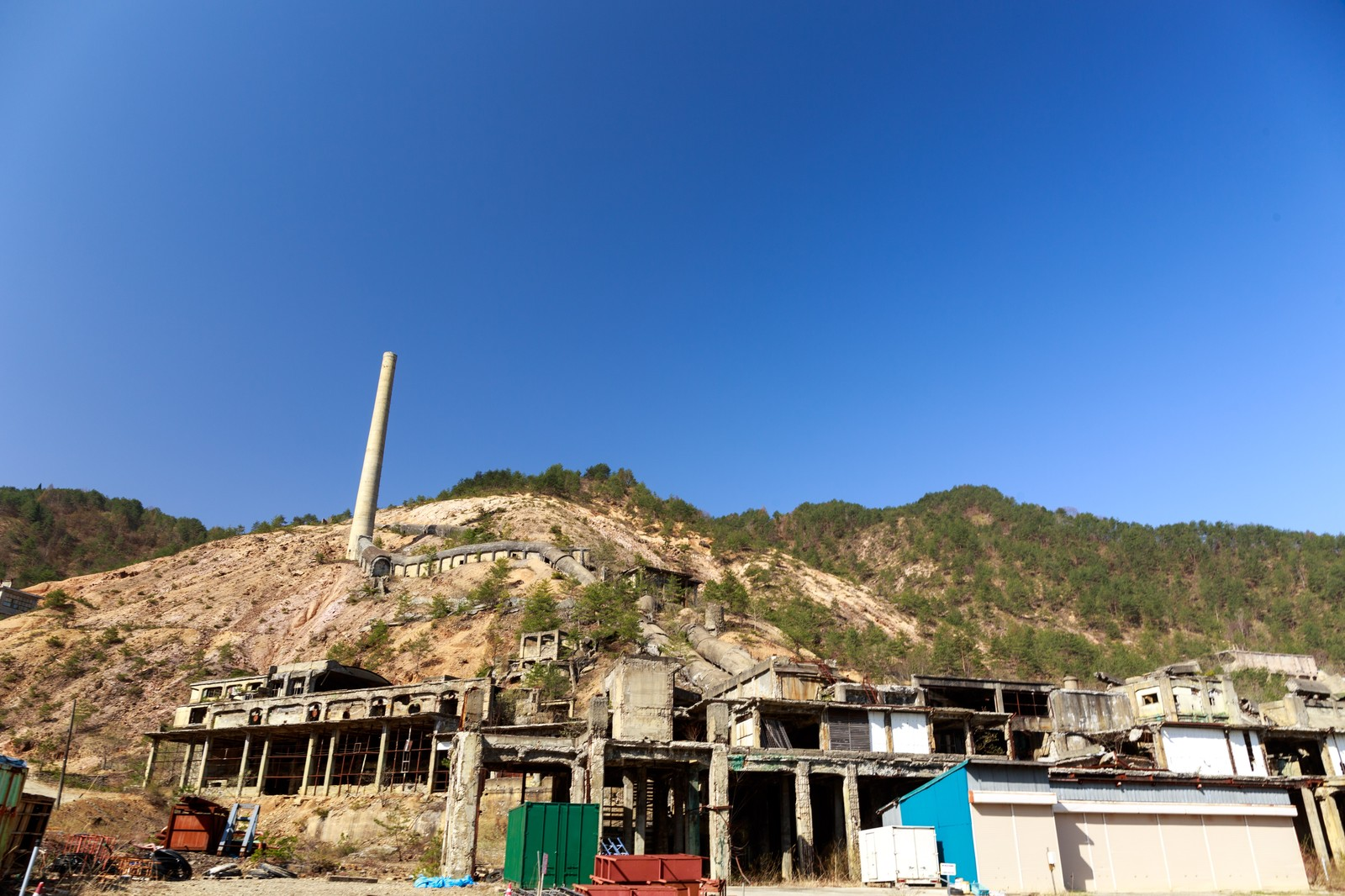 「尾去沢鉱山跡と青空」の写真