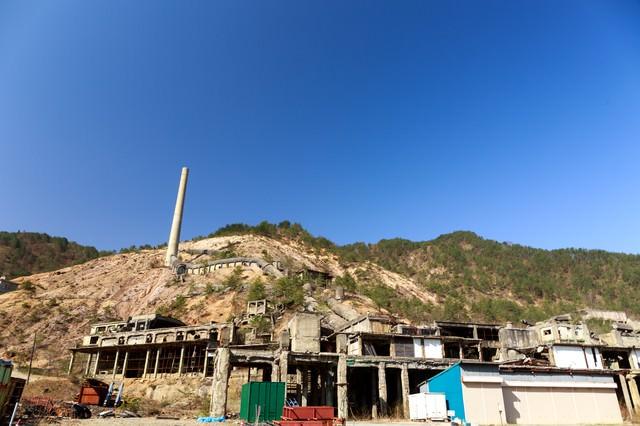 尾去沢鉱山跡と青空の写真