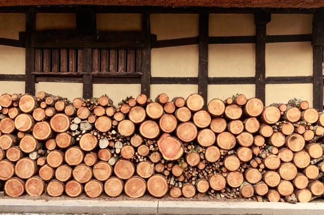 軒先の薪の写真