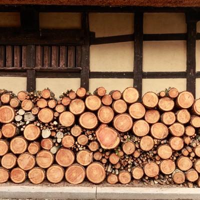 「軒先の薪」の写真素材