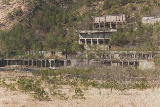 樹木で覆われた尾去沢鉱山跡の写真