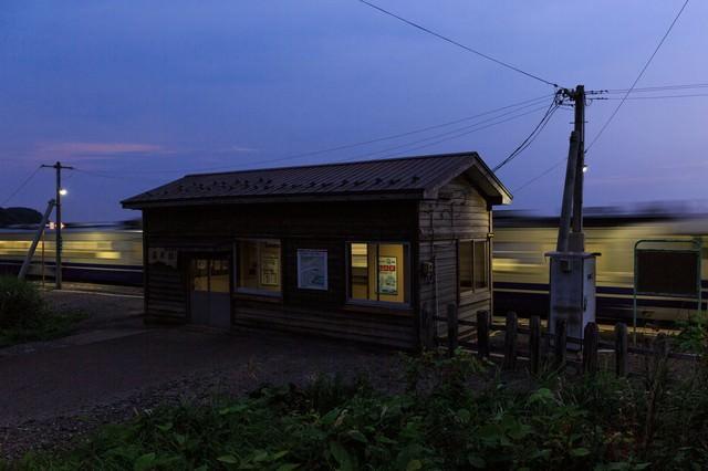 夕暮れのローカル線と無人駅の写真