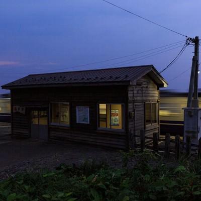「夕暮れのローカル線と無人駅」の写真素材
